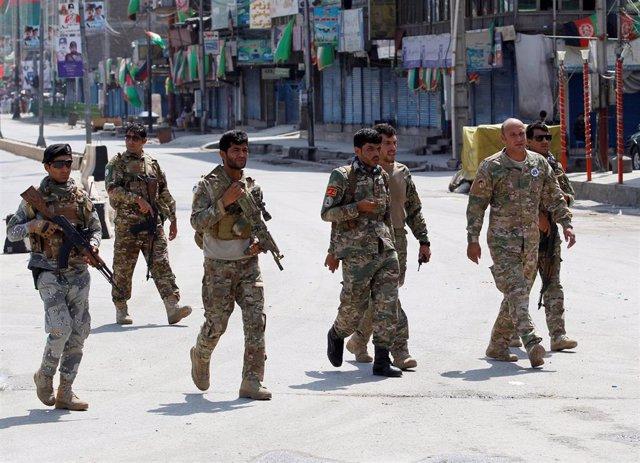 Las fuerzas de seguridad en Jalalabad tras la explosión de diez bombas