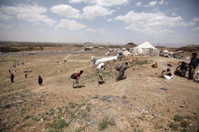 Desplazados reciben ayuda a las afueras de Saná