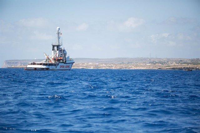 """HANDOUT - 16 August 2019, Italy, Lampedusa: Rescue ship """"Open Arms"""", of the aid organisation Proactiva Open Arms sails in front of the Italian coast. Photo: Friedrich Bungert/SeaWatch/dpa - ACHTUNG: Nur zur redaktionellen Verwendung und nur mit vollständi"""