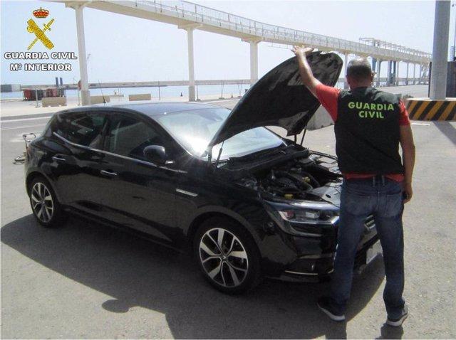 Uno de los coches recuperados antes de ser embarcado con destino Argelia