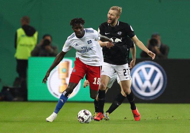 Bakery Jatta presiona a un jugador del Leipzig durante las semifinales de la Copa de Alemania 2018-2019