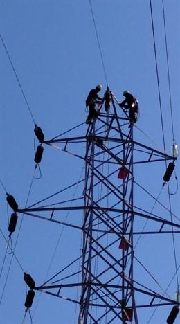 Instal·lació de fibra òptica en línies d'alta tensió del Pirineu
