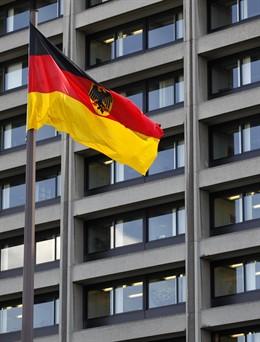 Bandera de Alemania frente al edificio del Bundesbank