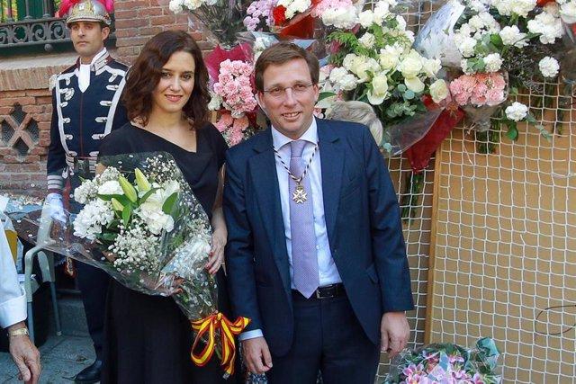 (I-D) La presidenta de la Comunidad de Madrid, Isabel Díaz Ayuso, y el alcalde de Madrid, José Luis Martínez-Almeida, participan en la ofrenda floral ante el cuadro de la Virgen de la Paloma en la capital.