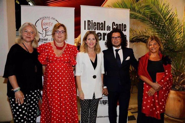 Representantes de la Junta de Andalucía y organizadores de la I Bienal de Cante de Jerez