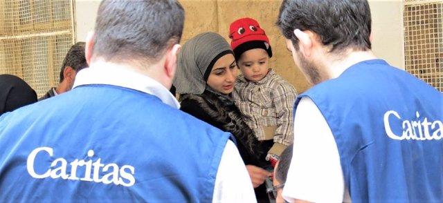 Cáritas ayuda a una mujer refugiada con su hijo