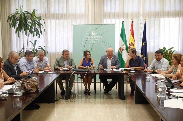 Imagen de la reunión que ha presidido este lunes el consejero de Salud, Jesús Aguirre, con el comité técnico creado por el brote de listerioris.