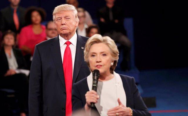 Trump y Clinton en el segundo debate televisado antes de las presidenciales de 2016