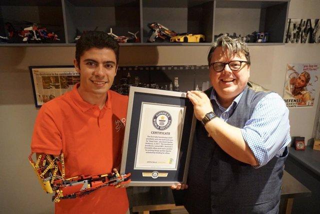 L'editor cap del Guinness World Records, Craig Glenday, lliura el certificat de reconeixement al jove David Aguilar.