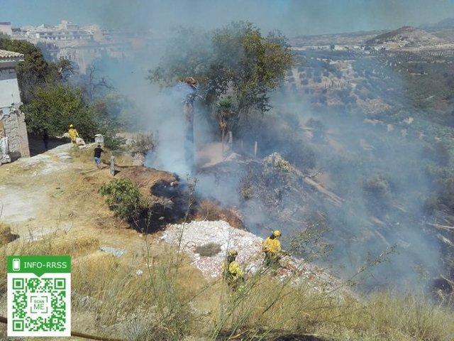 Bomberos trabajan en las labores de extinción del incendio forestal del paraje Peñas Blancas.