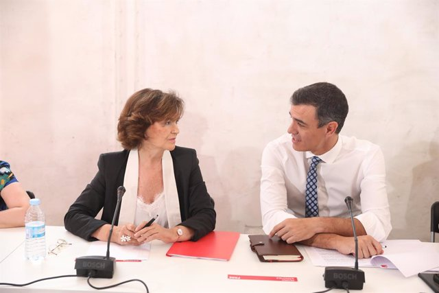 La vicepresidenta del Govern en funcions, Carmen Calvo i el president del Govern en funcions, Pedro Sánchez, durant la reunió amb associacions d'Igualtat a Madrid.