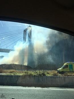 Incendio bajo el puente del Centenario