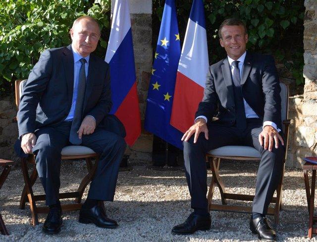 El presidente de Rusia, Vladimir Putin, junto a su homólogo francés, Emmanuel Macron, en Bormes-les-Mimosas
