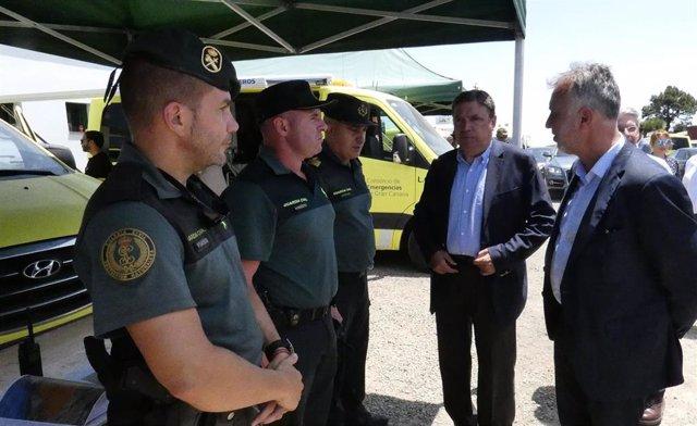 El ministro de Agricultura Luis Planas y el presidente de Canarias Ángel Víctor Torres visitan el puesto de mando avanzado para seguir la evolución del incendio en Gran Canaria.