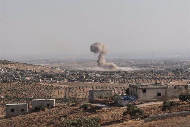 Columna de humo tras un bombardeo aéreo en la provincia siria de Idlib