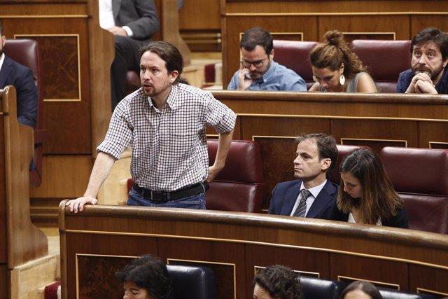 El secretario general de Podemos, Pablo Iglesias, se abstiene durante la segunda y definitiva votación para la investidura del candidato socialista a la Presidencia del Gobierno en el Congreso de los Diputados dando por tanto la investidura por fallida.