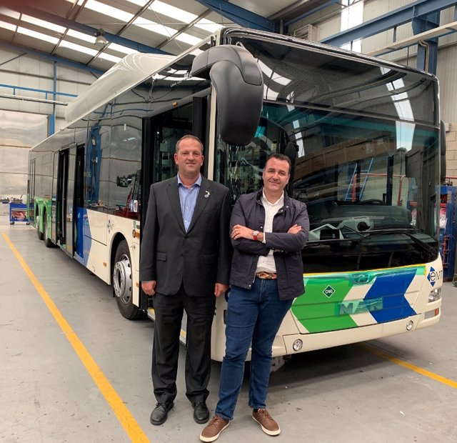 El regidor de Movilidad, Francesc Dalmau, y el gerente de la EMT, Mateu Marcús, visitan la fábrica de los nuevos autobuses de la EMT