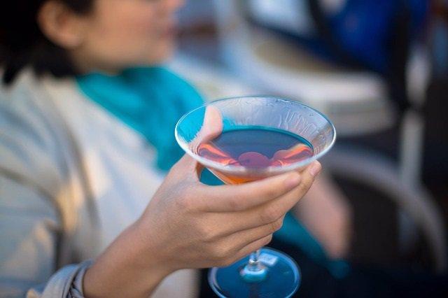 Un estudio encuentra que las mujeres pueden ser más sensibles al alcohol y tener