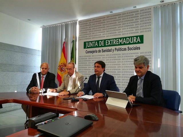 Responsables sanitarios (con Vergeles como segundo por la derecha) en rueda de prensa para informar sobre listeriosis en Extremadura