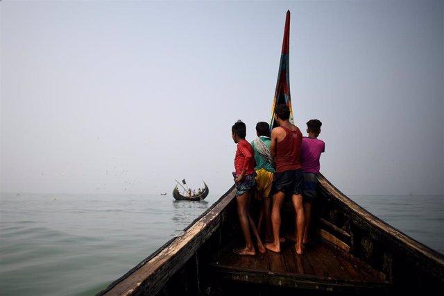Imagen de un barco con rohingyas en aguas cercanas a Bangladesh