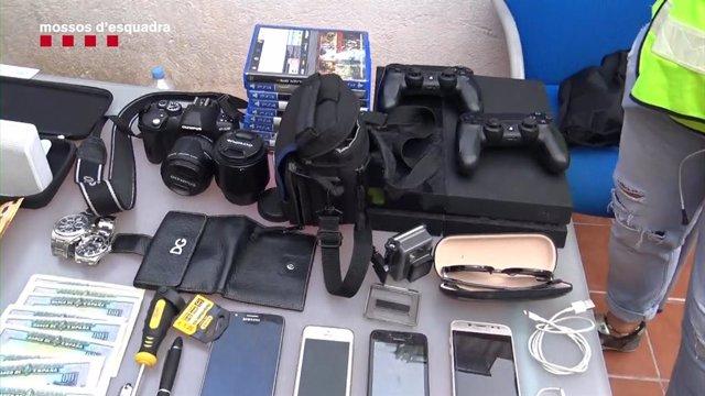 Objectes trobats en els registres als pisos ocupats pel grup criminal.