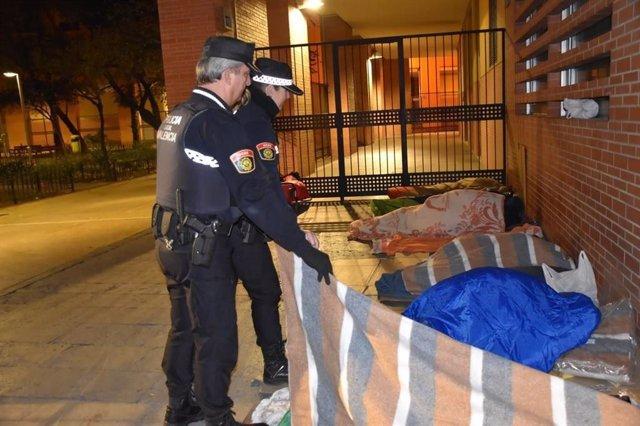 Agentes de la Policía Local de València en una atención