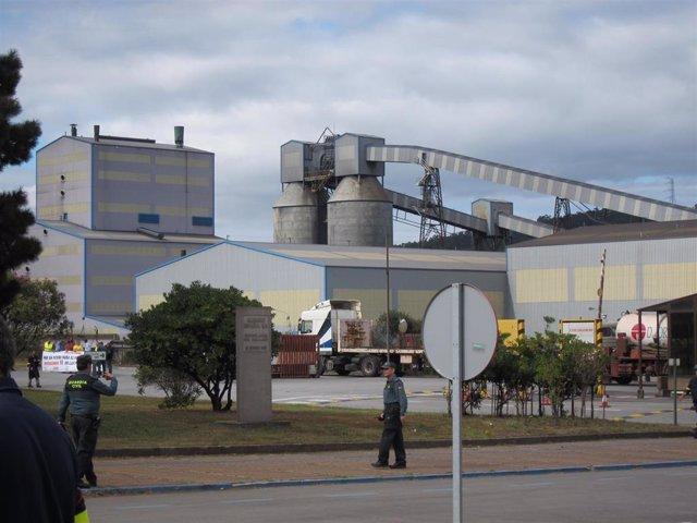 Vista de la factoría de Alcoa en San Cibrao, en Cervo (Lugo).