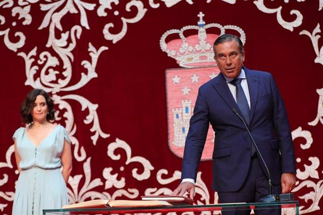 El magistrado Enrique López jura el cargo como consejero de Justicia, Interior y Víctimas del Terrorismo, de la Comunidad de Madrid, durante el acto de toma de posesión de los consejeros del nuevo Ejecutivo del gobierno de la comunidad.