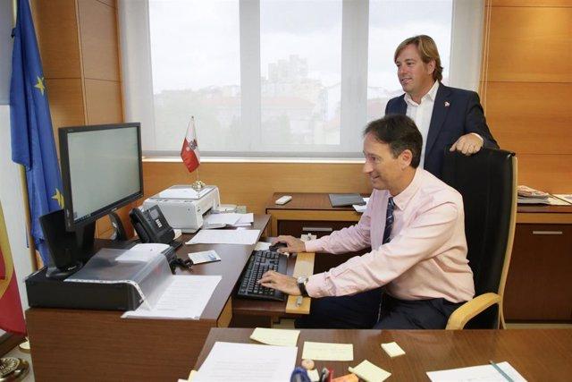 El consejero de Obras Públicas, Ordenación del Territorio y Urbanismo, José Luis Gochicoa, y el alcalde de Reocín, Pablo Diestro.