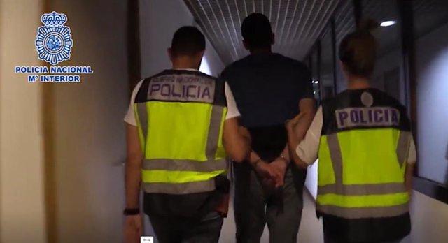 Agentes de la Policía Nacional conducen al hombre detenido por matar a su pareja en Tetuán a dependencias policiales.