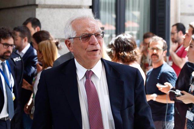 El ministro de Asuntos Exteriores en funcuiones, Josep Borrell, a la salida del Congreso, durante el parón en el primer debate de investidura del candidato socialista a la Presidencia del Gobierno.