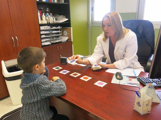 La logopeda Miryam Mederos, en consulta con un niño.