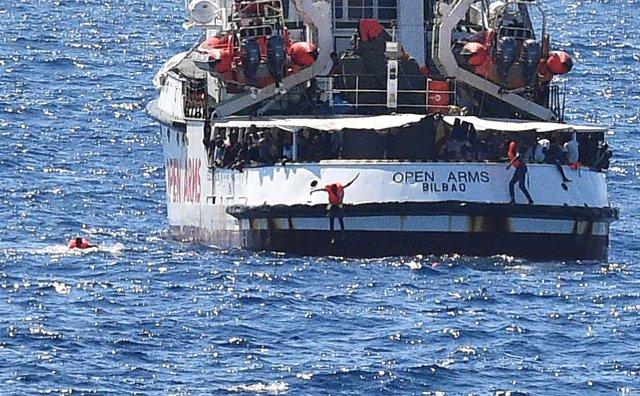Migrantes a bordo del Open Arms saltan al agua