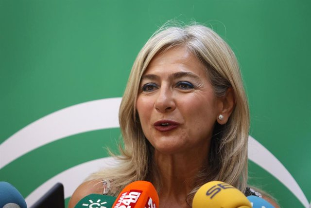 La consejera de Cultura y Patrimonio Histórico, Patricia del Pozo (c), ofrece rueda de prensa tras su visita al Museo de Málaga.