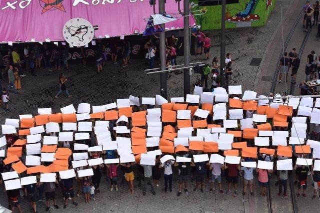 Mosaico realizado en El Arenal de Bilbao por comparsas y la plataforma 'G7 EZ' en contra de la cumbre del G7 en Biarritz