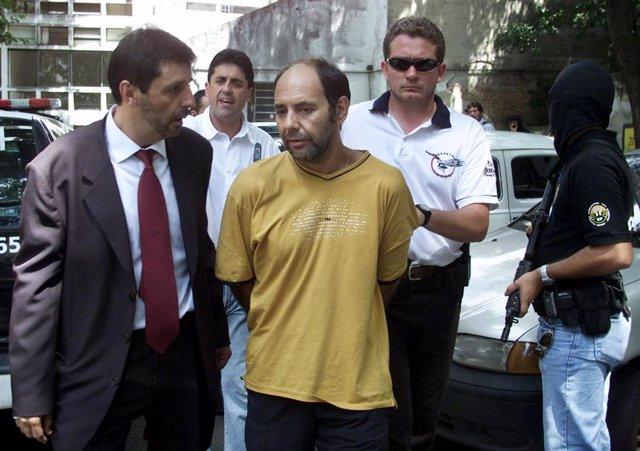 Mauricio Hernandez Norambuena escoltado por policías en Sao Paulo en 2002