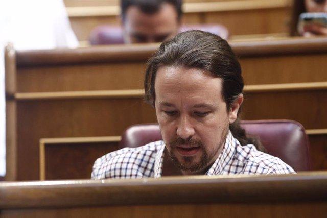 El secretario general de Podemos, Pablo Iglesias, sentado en su escaño del Congreso de los Diputados, tras anunciar que su grupo parlamentario se abstendrá en la segunda votación para la investidura del candidato socialista a la Presidencia del Gobierno
