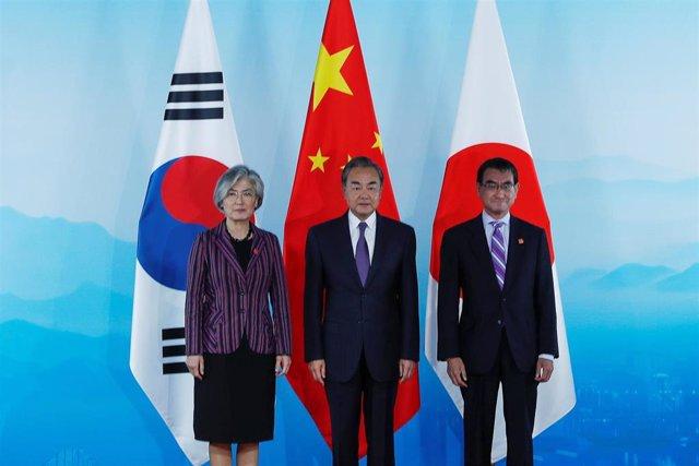Los ministros de Exteriores def China, Corea del Sur y Japón en Pekín