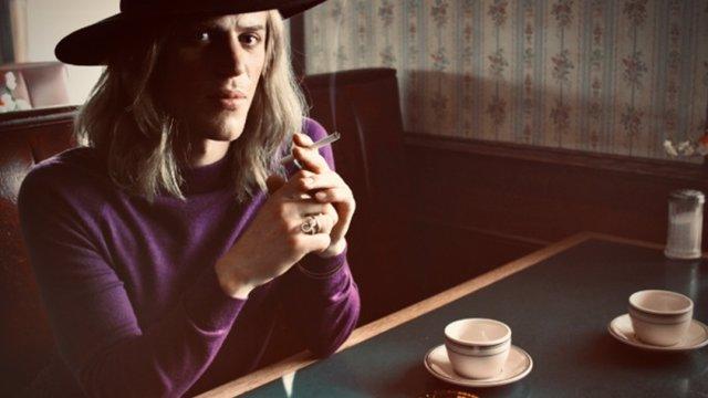 Primera imagen de Johnny Flynn como David Bowie en 'Starduts'