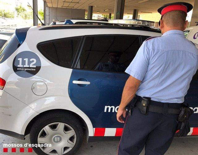 Agent i cotxe de Mossos d'Esquadra