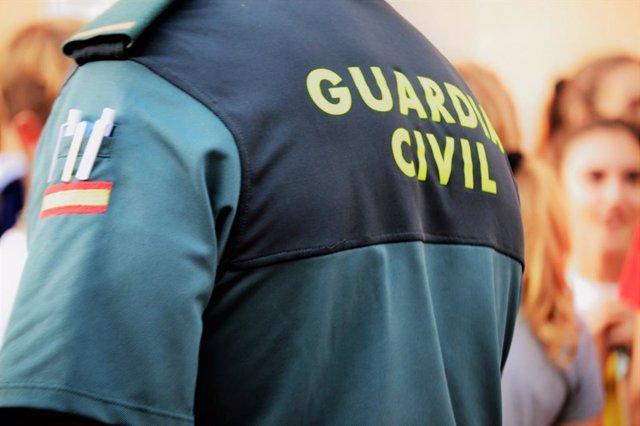 Un agent de la Gurdia Civil, d'esquena
