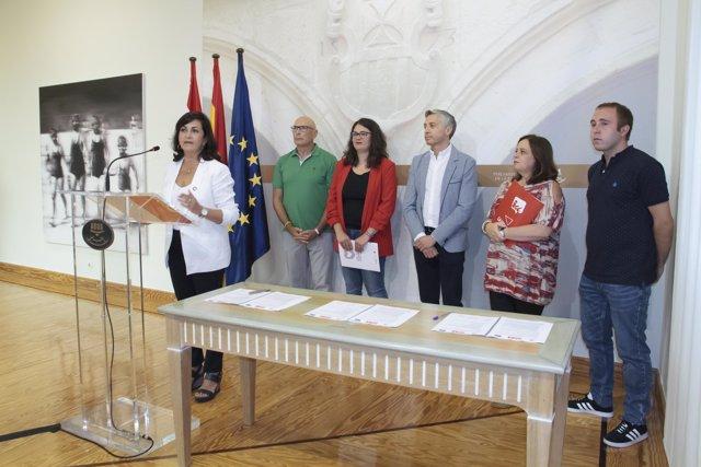 Firma del acuerdo de gobernabilidad entre PSOE, IU y Podemos-Equo en el Parlamento de La Rioja