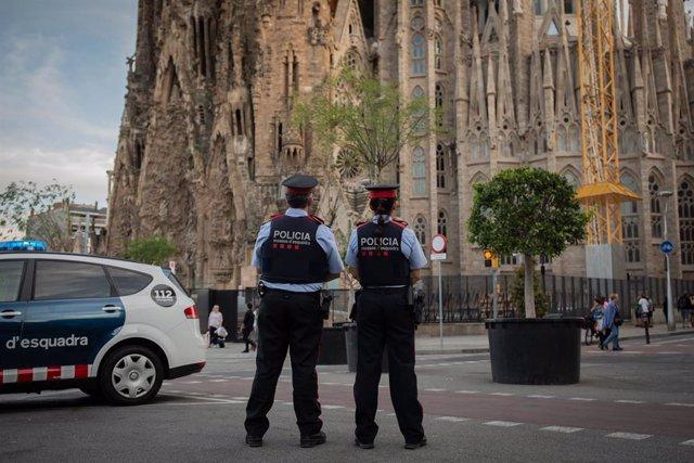 Agents de seguretat ciutadana dels Mossos d'Esquadra davant la Sagrada Família de Barcelona, en una imatge d'arxiu.