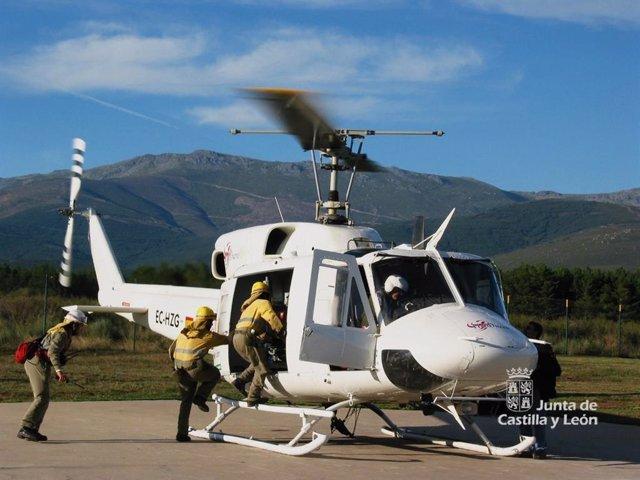 Imagen de uno de los helicópteros del operativo contra incendios