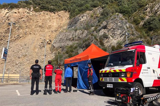 Técnicos y cuerpos especiales controlan la zona afectada por el desprendimiento, en la Carretera General 1.