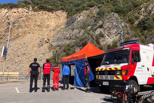 Tècnics i cossos especials controlen la zona afectada pel despreniment, en la Carretera General 1.