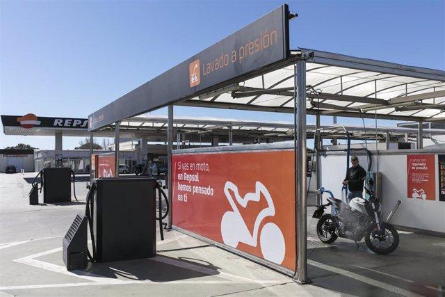 Espacio Moto Stop en una gasolinera de Repsol