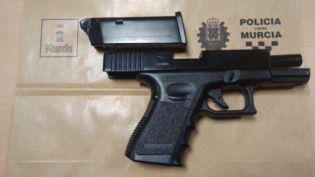 Pistola simulada encontrada