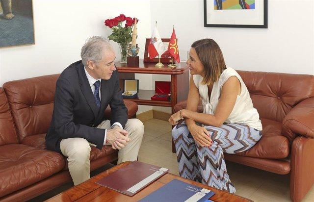 El alcalde de Arnuero, José Manuel Igual (PP), y la consejera de Presidencia, Interior, Justicia y Acción Exterior, Paula Fernándex (PRC)