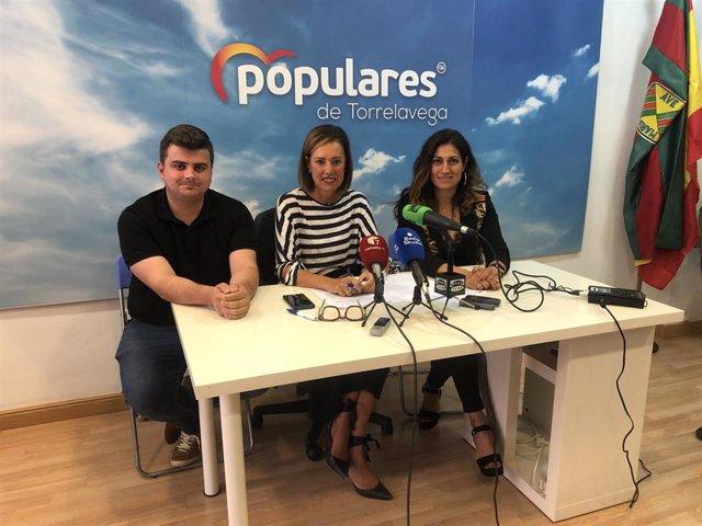 La portavoz del PP de Torrelavega, Marta Fernandez-Teijeiro, acompañada por los concejales 'populares' Olga Quintanilla y Miguel Ángel Vargas